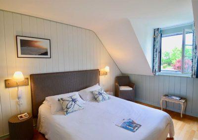 Hotel-La-Desirade-chambre-lit-cosy