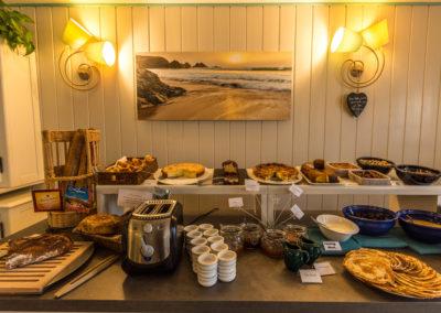 Hotel-La-Desirade-buffet-petit déjeuner-matin