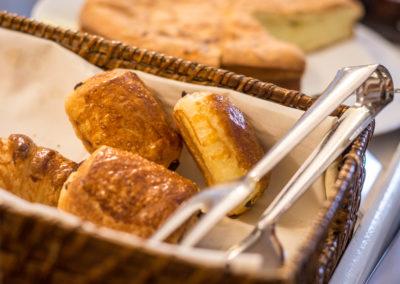 Hotel-La-Desirade-buffet-petit déjeuner-matin-pain chocolat