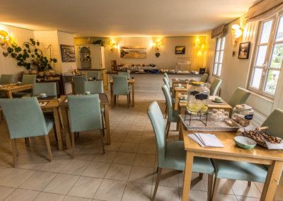 Hotel-La-Desirade-buffet-petit déjeuner-matin-salle à manger